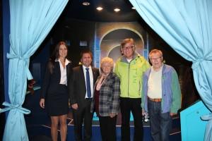 Heinz Günter Heygen (2.v.r) stellte sich im wortreich mit (v.l.n.r.) Geschäftsführerin Karina Gutzeit, Bürgermeister Thomas Fehling und zwei der anwesenden hr4-Hörer zum Erinnerungsfoto.