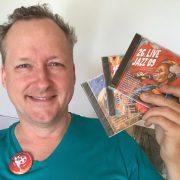 Jan Luley mit den Jazz-CDs, die im wortreich in Bad Hersfeld gegen eine Spende erhältlich sind